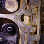 Разбитая втулка впускного клапана.
